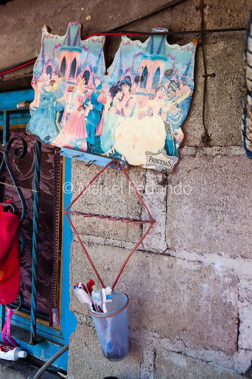 D&eacute;tails de la maison de Josefina Garcia Santos &agrave; Aztla, Puebla. Son mari et sa fille sont aux Etats-Unis depuis 6 ans. Elle est seule &agrave; &eacute;lever sa petite-fille en l'absence de sa m&egrave;re qu'elle n'a pas vu depuis 6 ans.<br /> <br /> Detalles de la casa de Josefina Garcia Santos en Aztla, Puebla. Josefina tiene su marido y su hija en USA desde hace 6 anos. Ella cuida y crea a su nieta en ausencia de su madre que hace seis anos que no la ve.