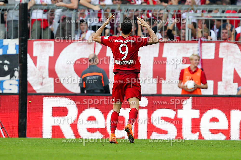 12.09.2015, Allianz Arena, Muenchen, GER, 1. FBL, FC Bayern Muenchen vs FC Augsburg, 4. Runde, im Bild Torjubel von Robert Lewandowski #9 (FC Bayern Muenchen) // during the German Bundesliga 4th round match between FC Bayern Munich and FC Augsburg at the Allianz Arena in Muenchen, Germany on 2015/09/12. EXPA Pictures &copy; 2015, PhotoCredit: EXPA/ Eibner-Pressefoto/ Kolbert<br /> <br /> *****ATTENTION - OUT of GER*****