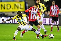 ARNHEM - Vitesse - PSV , Voetbal , Eredivisie , Seizoen 2016/2017 , Gelredome , 29-10-2016 ,  Vitesse speler Marvelous Nakamba (l) in duel met PSV speler Andres Guardado (r)