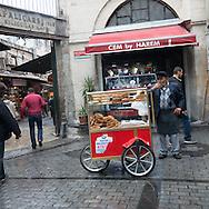 Turkey. Istambul.  Old Bazar,kapalicarsi gate  / vendeur des rues . Bazar porte Kapalicarsi
