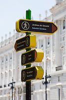 walking directions sign in madrid