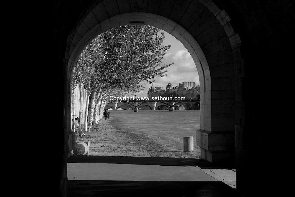 France. Paris. 1st district . The Seine river and Paris city center view from the quay du Louvre along the Seine river . crues de la Seine/ Le quai du Louvre longe la Seine