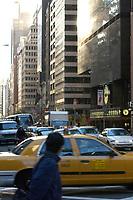 21 NOV 2003, NEW YORK/USA:<br /> Strassenverkehr vor den Hochhausfasaden von Manhatten, New York<br /> IMAGE: 20031121-02-021<br /> KEYWORDS: Verkehr, Auto