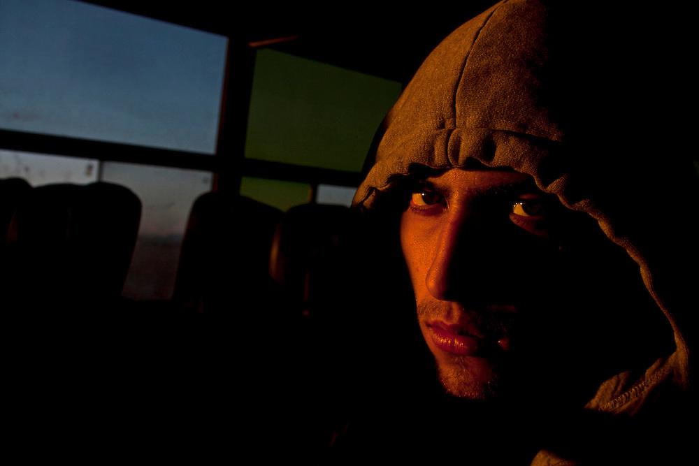 Se puede sentir el descontento, la desconfianza y la hostilidad de la gente sobre los autobuses con tan solo ver su mirada.