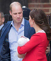 © Licensed to London News Pictures. 23/04/2018. London, UK. PRINCE WILLIAM and THE DUCHESS OF CAMBRIDGE leave St Mary's Hospital with their new baby boy.  Photo credit: Peter Macdiarmid/LNP