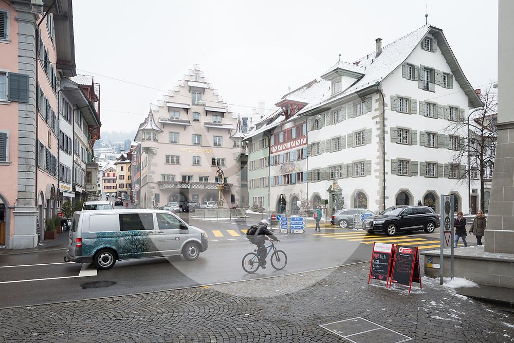 SCHWEIZ - ZUG - Kolinplatz, das zweite Haus von rechts (mit rotem Holz) ist das Stadthaus und dem die Stadtverwaltung ihren Sitz hat - 01. März 2018 © Raphael Hünerfauth - http://huenerfauth.ch