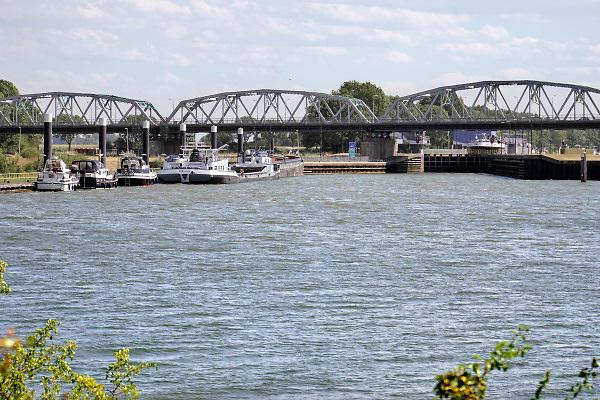 Nederland, Grave, 1-8-2018Bij de sluis van Grave liggen schepen en pleziervaartuigen te wachten om geschut te worden. Vanwege de langdurige droogte in het stroomgebied van deze rivier wordt er slechts een keer in de paar uur geschut . De Maas wordt via stuwen kunstmatig op eenzelfde peil gehouden. Vanwege de lage aanvoer uit Belgie probeert men de waterstand op niveau te houden door zo min mogelijk water via het schutten te laten doorstromen, weglopen, en de scheepvaart geen last heeft van laagwater. De Maas kan nog normaal bevaren worden met maximaal belade schepen .Foto: Flip Franssen