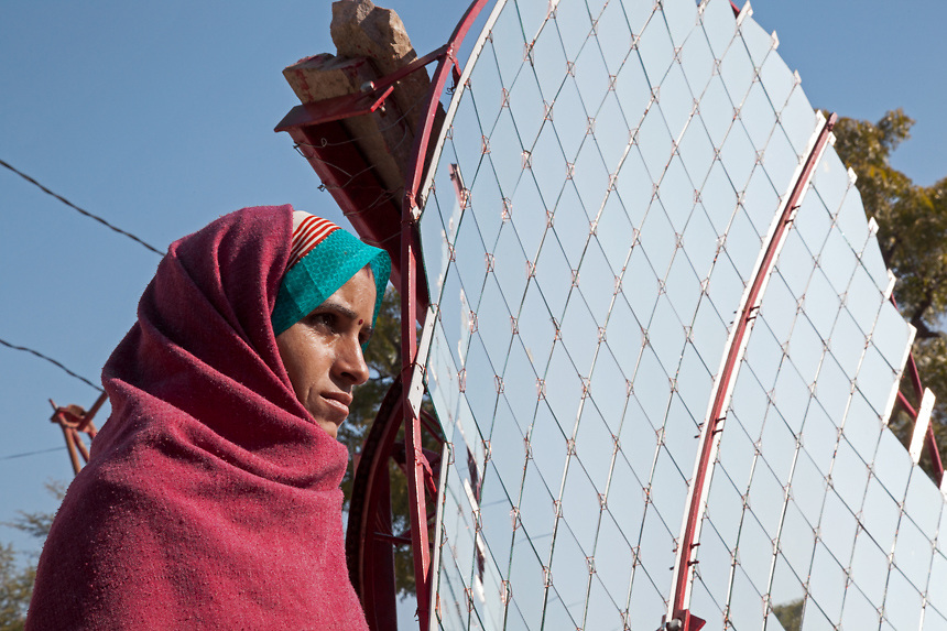 Woman near a parabolic solar panel - For the solar electrification of villages, Barefoot College annually trains about 100 grandmothers from India and 80 grandmothers from international rural villages located in the least developed countries. 01/2013 ©  Marida Augusto/Max Hirzel