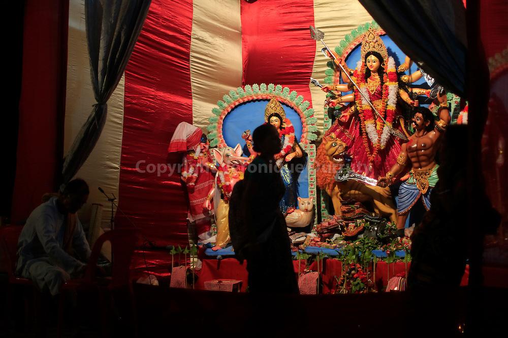 Durga festival,  Rajshahi, Bangladesh : Durga Puja in a temple  // fete de Durga, Rajhahi, Bangladesh : puja a Dirga dans un temple ephemere de la ville