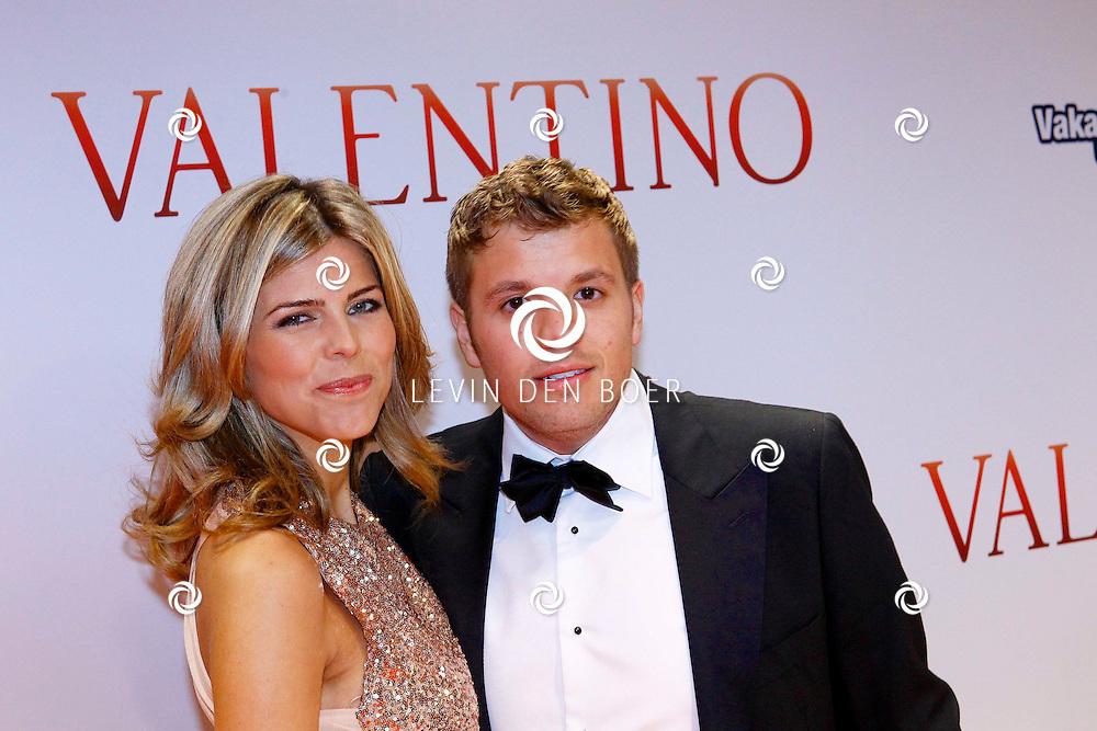 AMSTERDAM - In Tuschinski is de Nederlandse film Valention in premiere gegaan. Diversen bekende Nederlanders kwamen over de rode loper. Met hier op de foto  zanger Jaap Reesema en zijn partner Kim Kötter. FOTO LEVIN DEN BOER - PERSFOTO.NU