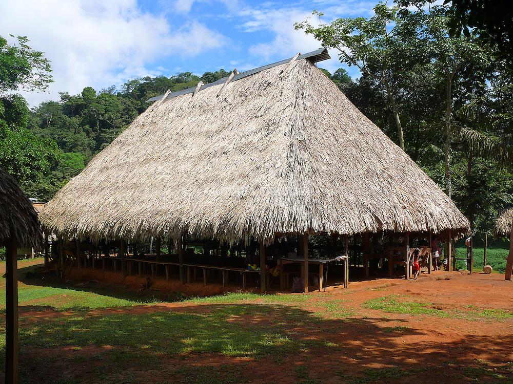 El Río Chagres es uno de los principales afluentes que abastecen de agua tanto al lago gatún como al lago alajuela. Lagos artificiales creados para abastecer de agua permanente a las exclusas tanto de Miraflores, Pedro Miguel en el Pacífico, como las de Gatún en el Atlántico, del Canal de Panamá..En Panamá entre las culturas aborígenes propias de este pequeño y angosto istmo, se encuantra la cultura Emberá, antigua Chocoe. Esta junto a los Kunas, propios de la Comarca Kuna Yala, son una de las más representativas y más desarrolladas. Ambas culturas, son originarias de la Selva del Darién y más la Emberá, que tiene sus orígenes ancestrales, en el Chocó, Departamento de Colombia..Los Emberá se caracterizan por sus coloridos vestuarios. Las mujeres y niñas utilizan faldas de textiles multicolores, mientras que los hombres utilizan taparrabos. Acostumbran a pintarse la cara y el cuerpo con colores llamativos. La construyen sobre pilares (palafitas), para protegerlos de las inundaciones de los ríos. El techo es cónico, pero utilizan también otros estilos. El piso es de corteza llamada jira. Duermen sobre esteras que hacen con cortezas.© Victoria Murillo / Istmophoto.com
