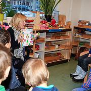 NLD/Amstrdam/20130123 - Nationale Voorleesdag op de basisschool Corantijn te Amsterdam, Minister van Onderwijs Jet Bussemaker leest voor aan de kinderen