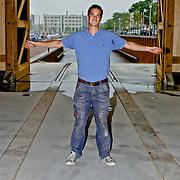 NLD/Huizen/20080820 - Nieuwe botterwerfbeheerder Midas Jansen temidden van zijn Botterwerf Huizen