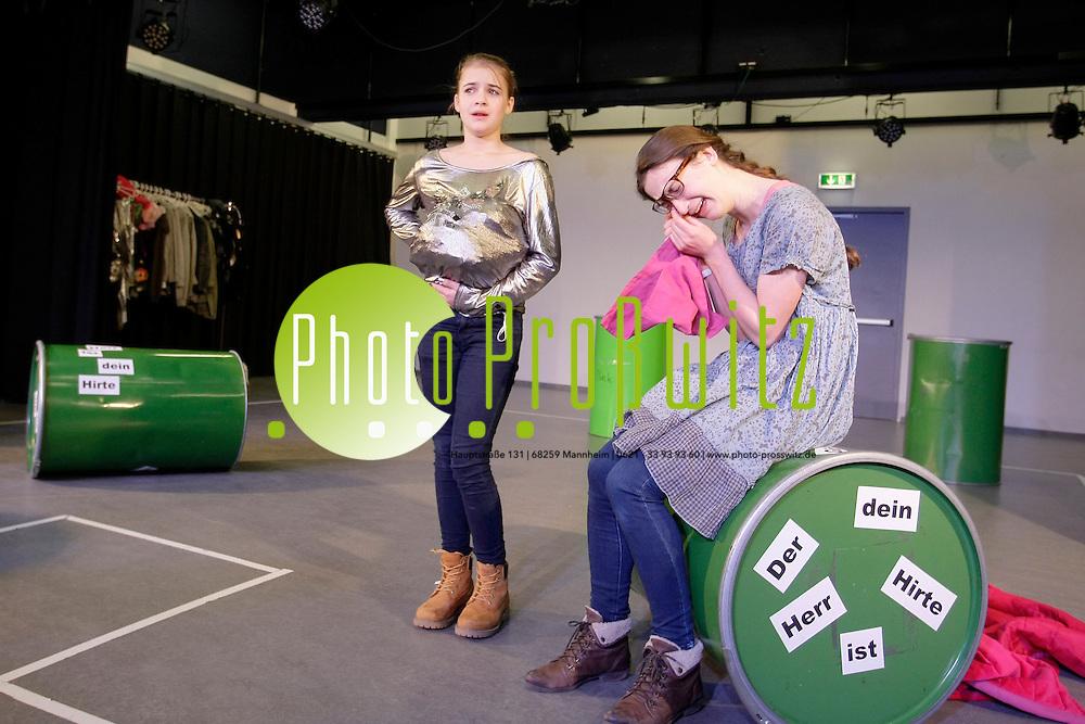 Ludwigshafen. 21.01.2012. Medienschule im Pfalzbau. Probe zu &quot;Dreigroschenoper&quot;.<br /> Fanny Braun (mit Brille) und Kathrin Kistenmacher<br /> <br /> <br /> Bild: Markus Proflwitz 21JAN12 / masterpress /