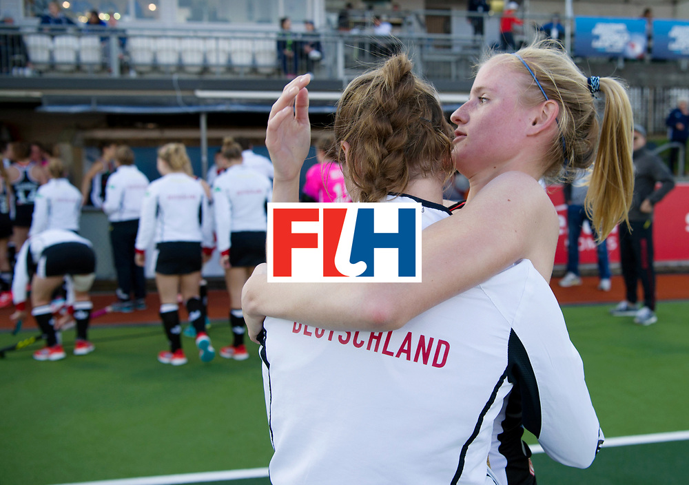 AUCKLAND - Sentinel Hockey World League final women<br /> Match id: 10303<br /> 13 GER v KOR (QF) 3-3<br /> Korea in to semi after shoot out.<br /> Foto: Annika Sprink calming Elisa Gr&auml;ve.<br /> WORLDSPORTPICS COPYRIGHT FRANK UIJLENBROEK