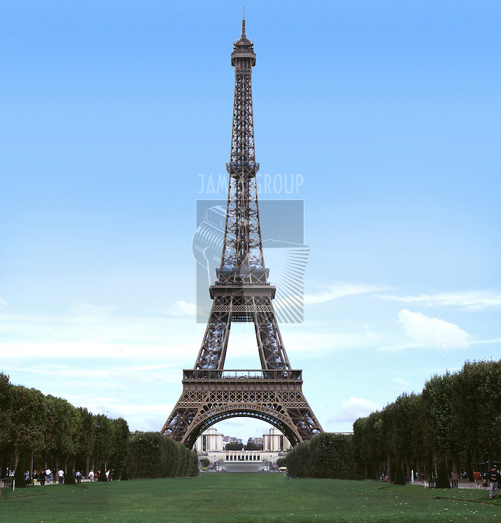 A straight on view of the eifeltower