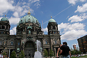 Berlino: lovers in front of the Berliner Dom