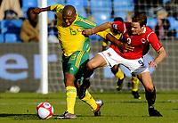 Fotball<br /> 10. Oktober 2009<br /> Privatlandskamp<br /> Ullevaal stadion<br /> Norge v Sør-Afrika 1 - 0<br /> Kagisho Dikgacoi , Sør-Afrika<br /> Henning Hauger , Norge<br /> Foto : Astrid M. Nordhaug