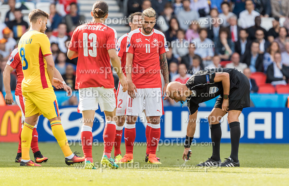 15.06.2016, Parc de Princes, Paris, FRA, UEFA Euro, Frankreich, Rumaenien vs Schweiz, Gruppe A, im Bild Mihai Pintilii (ROU), Ricardo Rodriguez (SUI), Valon Behrami (SUI), Referee Sergej Karasew (RUS) // Mihai Pintilii (ROU) Ricardo Rodriguez (SUI) Valon Behrami (SUI) Referee Sergej Karasew (RUS) during Group A match between Romania and Switzerland of the UEFA EURO 2016 France at the Parc de Princes in Paris, France on 2016/06/15. EXPA Pictures © 2016, PhotoCredit: EXPA/ JFK