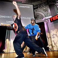 Nederland, Amsterdam , 27 september 2012..TEDxAmsterdam organiseert de 4e Nederlandse TED-editie, bekend van de jaarlijkse inspiratie-conferentie in de Verenigde Staten. Het ideeënplatform brengt mensen met ideeën samen met een breed publiek en zet deze om in Ideas Worth Doing. Tijdens TED(x) geven innovatieve denkers korte presentaties van maximaal 18 minuten. Het begon met sprekers uit drie sectoren: Design, Entertainment en Technology (vandaar de naam TED), maar groeide uit tot een veel breder platform met wereldwijde vertakkingen..Op de foto:Looney Tunes met hun een ludieke dansact tussen de lezingen door..Foto:Jean-Pierre Jans