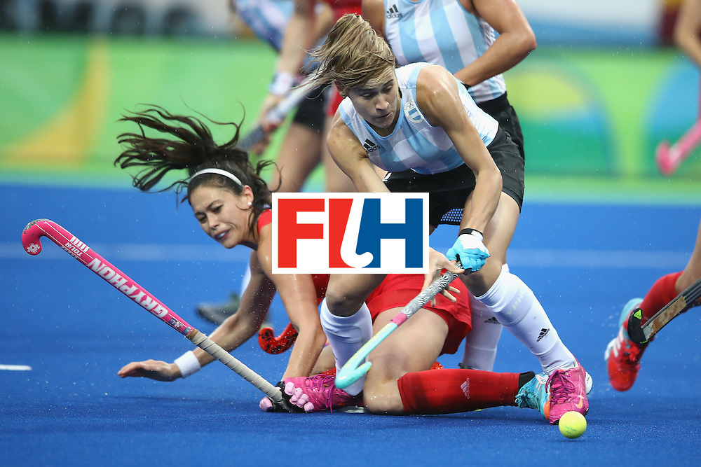 RIO DE JANEIRO, BRAZIL - AUGUST 10:  Martina Cavallero of Argentina evades Sam Quek of Great Britain during the women's pool B match between Great Britain and Argentina on Day 5 of the Rio 2016 Olympic Games at the Olympic Hockey Centre on August 10, 2016 in Rio de Janeiro, Brazil.  (Photo by Mark Kolbe/Getty Images)