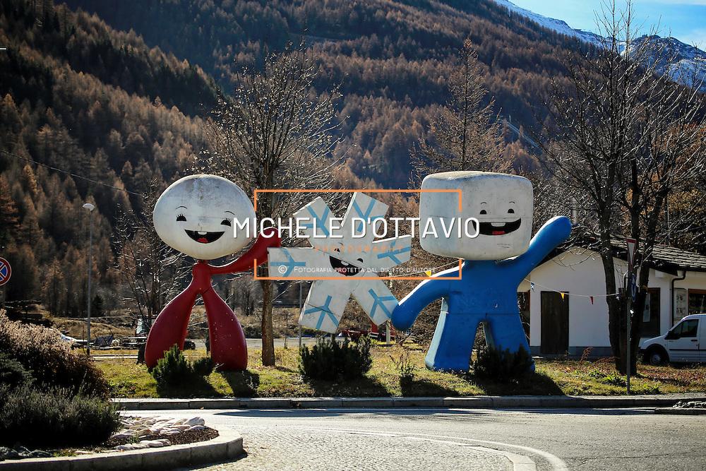Neve e Gliz, mascotte ufficiali dei XX Giochi Olimpici Invernali di Torino 2006. posizionate in una rotonda stradale all'ingresso del paese di PRAGELATO (Torino)<br /> 16/11/2015