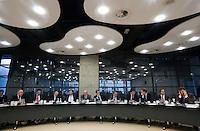Nederland. Den Haag, 14 oktober 2008.<br /> Minister Wouter Bos van Financienen minister-president Jan Peter Balkenende in de Thorbeckezaal bij een algemeen overleg met Kamerleden inzake de kredietcrisis.Staatssecretaris Frans Timmermans, minister Verhagen. van rechts naar links : Vendrik (GroenLinks), Pechtold (D66), Irrgang (SP), Tang (PvdA), de Neree tot Babberich (CDA)<br /> Foto Martijn Beekman<br /> NIET VOOR PUBLIKATIE IN LANDELIJKE DAGBLADEN.
