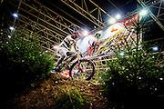Een man rijdt op het probeerparcours op een mountainbike. In de Jaarbeurs in Utrecht wordt de beurs BikeMotion gehouden. De beurs staat geheel in teken van de sportieve fietsen, zoals racefietsen, mountainbikes of toerfietsen. Op de beurs kunnen de liefhebbers de nieuwste modellen en ontwikkelingen zien en er zijn allerlei fiets gerelateerde activiteiten, zoals een mountainbike parcours. <br /> <br /> In the Jaarbeurs in Utrecht, the Bike Motion exhibition is held. The trade fair is entirely dedicated to the sports bikes, including road, mountain or touring bikes. At the fair, the fans can see the latest models and developments, and there are all kinds of bicycle-related activities, such as a mountain bike trail.