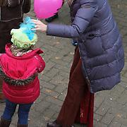 Maxima verwelkomt Sinterklaas tijdens de aankomst van in Scheveningen met haar kinderen Prinses Amalia , prinses Alexia en prinses Ariane