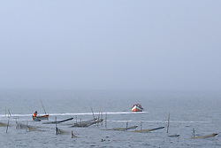 Pescador verifica suas redes em alto mar. FOTO: Jefferson Bernardes / Preview.com