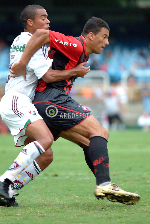 Rio de Janeiro, RJ, Brasil. 07.11.2004.O jogador Washingtom, do Atletico Paranaense (vermelho e preto) em partida contra o Fluminense, pelo Campeonato Brasileiro no Maracana./ Whashingtom, soccer player from Atletico Paranaense (black and red) in a match against Fluminense during Brazilian championship..Foto Alexandre Santiago/Argosfoto