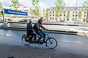 In Utrecht rijdt een man samen met een oudere vrouw op een tandem.<br /> <br /> In Utrecht a man rides a tandem with an elderly woman.