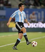 FUSSBALL   INTERNATIONAL   Testspiel  in  Doha  17.11.2010 Argentinien - Brasilien Javier ZANETTI (Argentinien)  am Ball
