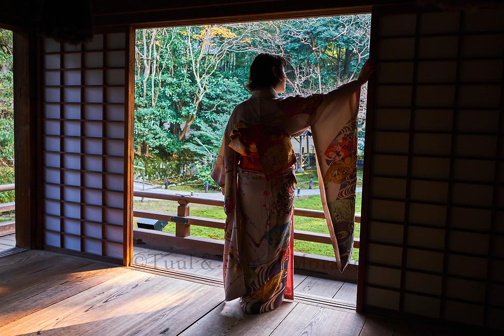 Japon, île de Honshu, région de Kansaï, Kyoto, Gion, ancien quartier des Geishas, jeune femme en kimono // Japan, Honshu island, Kansai region, Kyoto, Gion, Geisha former area, young woman in kimono