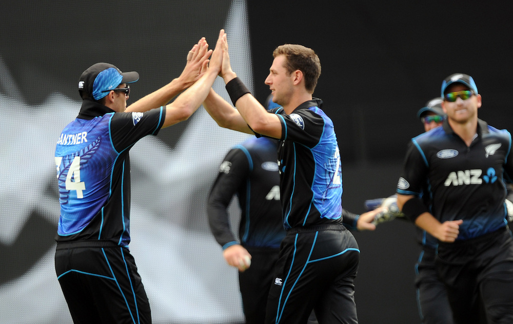 New Zealand's Matt Henry, right, celebrates with Mitchell Santnar after dismissing Pakistan's Azhar Ali for 3 in the 3rd ODI International Cricket match at Eden Park, Auckland, New Zealand, Sunday, January 31, 2016. Credit:SNPA / Ross Setford