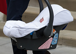 © Licensed to London News Pictures. 23/04/2018. London, UK. The newly born Prince of Cambridge leaves the Lindo Wing of St Mary's Hospital in west London with his mother and father, the Duke and Duchess of Cambridge. He was safely delivered at 11:01 AM today, and weighed 8lbs 7oz. He is fifth in line to the throne. Photo credit : Tom Nicholson/LNP