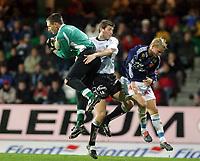 Fotball, 22. september 2003, Tippeligaen,  Sogndal-Viking 2-2,  Terje Skjeldestad, keeper Sogndal, Marco reda, Sogndal, og Erik Nevland, Viking