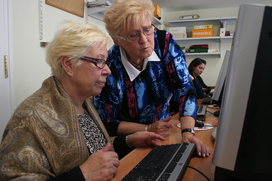 Carmen (Andalusia, 69) is writing her first words on the computer with the help of her friend Josefa.