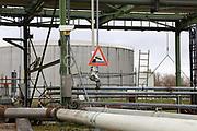 Mannheim. 06.03.17 | BILD- ID 079 |<br /> Friesenheimer Insel. BASF Anlage. Produktion im Werksteil Friesenheimer Insel. <br /> In den Produktionsanlagen der BASF werden Rohstoffe durch chemische Reaktionen in<br /> andere Stoffe umgewandelt. Dies geschieht bei den Anlagen im Werksteil Friesenheimer<br /> Insel im ständigen Durchlauf (kontinuierliche Produktion). Dabei laufen die Reaktionen<br /> unter hohem Druck und erhöhter Temperatur ab. Einsatzstoffe und erzeugte Stoffe werden<br /> zwischengelagert und per Rohrleitung, Tankschiff, Kesselwagen und Tankzug bezogen oder abtransportiert. <br /> - Ölhafen<br /> Bild: Markus Prosswitz 06MAR17 / masterpress (Bild ist honorarpflichtig - No Model Release!)