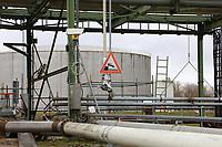 Mannheim. 06.03.17   BILD- ID 079  <br /> Friesenheimer Insel. BASF Anlage. Produktion im Werksteil Friesenheimer Insel. <br /> In den Produktionsanlagen der BASF werden Rohstoffe durch chemische Reaktionen in<br /> andere Stoffe umgewandelt. Dies geschieht bei den Anlagen im Werksteil Friesenheimer<br /> Insel im st&auml;ndigen Durchlauf (kontinuierliche Produktion). Dabei laufen die Reaktionen<br /> unter hohem Druck und erh&ouml;hter Temperatur ab. Einsatzstoffe und erzeugte Stoffe werden<br /> zwischengelagert und per Rohrleitung, Tankschiff, Kesselwagen und Tankzug bezogen oder abtransportiert. <br /> - &Ouml;lhafen<br /> Bild: Markus Prosswitz 06MAR17 / masterpress (Bild ist honorarpflichtig - No Model Release!)