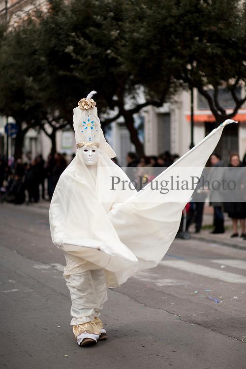 Gallipoli, carnevale 2011, sfilata dei carri. Presenti anche maschere tradizionali ispirate al carnevale di Venezia...Gallipoli, 2011 carnival, parade. There are also traditional masks inspired by the Venice Carnival.