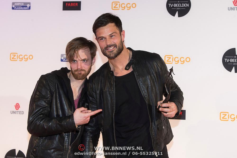 NLD/Amsterdam/20140303 - Uitreiking TV Beelden 2014, Arie Boomsma met Tim Hofman en hun award