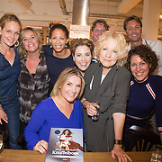 NLD/Amsterdam/20160529 , Boekpresentatie Het Groot Nederlands Knuffelboek van Gallyon van Vessem, Gallyon van Vessem met al haar collega's