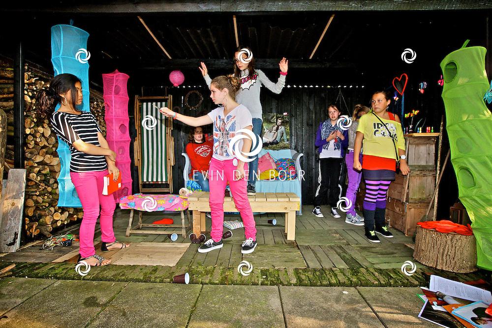 HEEREWAARDEN - Toneelclub Diletitia gaat een voorstelling op meerdere locaties geven. Deze avond repeteert de jongerengroep op hun eigen locatie. FOTO LEVIN DEN BOER - PERSFOTO.NU