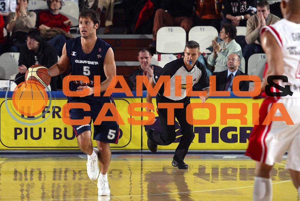 DESCRIZIONE : Varese Lega A1 2005-06 Whirlpool Varese Lottomatica Virtus Roma <br />GIOCATORE : Giachetti<br />SQUADRA : Lottomatica Virtus Roma<br />EVENTO : Campionato Lega A1 2005-2006<br />GARA : Whirlpool Varese Lottomatica Virtus Roma<br />DATA : 24/02/2006<br />CATEGORIA : Palleggio<br />SPORT : Pallacanestro<br />AUTORE : Agenzia Ciamillo-Castoria/S.Ceretti