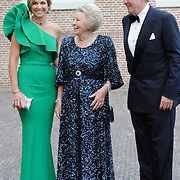 Aankomst van de koninklijke gasten op Paleis Het Loo voor het Diner.<br /> <br /> Arrival of the royal guests at Het Loo Palace for Dinner.<br /> <br /> Op de foto / On the photo: <br />  Koning Willem-Alexander en Koningin Maxima met prinses Beatrix / King Willem-Alexander and Queen Maxima with princess Beatrix