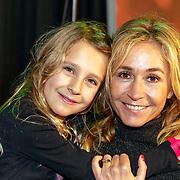 NLD/Amsterdam/20181223 - inloop The Christmas Show 2018, Wendy van Dijk en dochter Lizzy