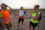 Robert Braam (midden) en Lieske Yntema (rechts) bespreken met trainer Louk Timmer het protocol. Het team test de VeloX V in de woestijn. Het Human Power Team Delft en Amsterdam (HPT), dat bestaat uit studenten van de TU Delft en de VU Amsterdam, is in Amerika om te proberen het record snelfietsen te verbreken. Momenteel zijn zij recordhouder, in 2013 reed Sebastiaan Bowier 133,78 km/h in de VeloX3. In Battle Mountain (Nevada) wordt ieder jaar de World Human Powered Speed Challenge gehouden. Tijdens deze wedstrijd wordt geprobeerd zo hard mogelijk te fietsen op pure menskracht. Ze halen snelheden tot 133 km/h. De deelnemers bestaan zowel uit teams van universiteiten als uit hobbyisten. Met de gestroomlijnde fietsen willen ze laten zien wat mogelijk is met menskracht. De speciale ligfietsen kunnen gezien worden als de Formule 1 van het fietsen. De kennis die wordt opgedaan wordt ook gebruikt om duurzaam vervoer verder te ontwikkelen.<br /> <br /> Robert Braam (center) and Lieske Yntema (right) talk with trainer Louk Timmer about the protocol. The team tests the VeloX V. The Human Power Team Delft and Amsterdam, a team by students of the TU Delft and the VU Amsterdam, is in America to set a new  world record speed cycling. I 2013 the team broke the record, Sebastiaan Bowier rode 133,78 km/h (83,13 mph) with the VeloX3. In Battle Mountain (Nevada) each year the World Human Powered Speed Challenge is held. During this race they try to ride on pure manpower as hard as possible. Speeds up to 133 km/h are reached. The participants consist of both teams from universities and from hobbyists. With the sleek bikes they want to show what is possible with human power. The special recumbent bicycles can be seen as the Formula 1 of the bicycle. The knowledge gained is also used to develop sustainable transport.