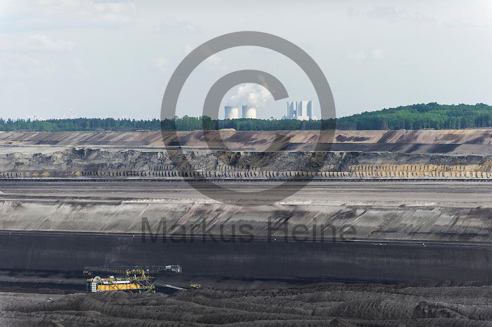 Das Kraftwerk Schwarze Pumpe ist am 12.05.2016 bei Welzow, Deutschland hinter dem Braunkohlentagebau Welzow-S&uuml;d zu sehen. &Uuml;ber das Pfingstwochenende wollen mehrere Tausend Aktivisten den Braunkohlentagebau  blockieren um gegen die Nutzung von fossilen Brennstoffen zu protestieren. Foto: Markus Heine / heineimaging<br /> <br /> ------------------------------<br /> <br /> Ver&ouml;ffentlichung nur mit Fotografennennung, sowie gegen Honorar und Belegexemplar.<br /> <br /> Bankverbindung:<br /> IBAN: DE65660908000004437497<br /> BIC CODE: GENODE61BBB<br /> Badische Beamten Bank Karlsruhe<br /> <br /> USt-IdNr: DE291853306<br /> <br /> Please note:<br /> All rights reserved! Don't publish without copyright!<br /> <br /> Stand: 05.2016<br /> <br /> ------------------------------<br /> <br /> ------------------------------<br /> <br /> Ver&ouml;ffentlichung nur mit Fotografennennung, sowie gegen Honorar und Belegexemplar.<br /> <br /> Bankverbindung:<br /> IBAN: DE65660908000004437497<br /> BIC CODE: GENODE61BBB<br /> Badische Beamten Bank Karlsruhe<br /> <br /> USt-IdNr: DE291853306<br /> <br /> Please note:<br /> All rights reserved! Don't publish without copyright!<br /> <br /> Stand: 05.2016<br /> <br /> ------------------------------