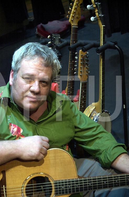 EMMEN<br /> Theatergroep Sonnevanck uit Enschede,<br /> Muzikanten van Ocobar en actrice en acteur na de voorstelling in Theater De Muzeval in Emmen,<br /> Foto Cok van Vuren bespeelt gitaar bij Ocobar,<br /> <br /> Editie: UIT<br /> <br /> fotografie frank uijlenbroek&copy;2006 michiel van de velde<br /> TT20060217